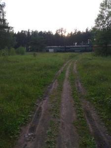 Сама платформа, слева где небольшая сосна - была казарма.